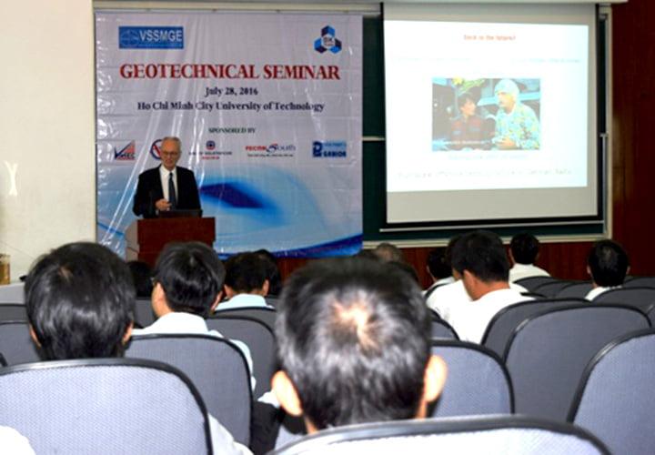 GS. Richard Jardine - Phó Chủ nhiệm Khoa Xây dựng dân dụng và kỹ thuật môi trường, trường Imperial College London đã trình bày bài giảng số 56 về Địa kỹ thuật và Năng lượng